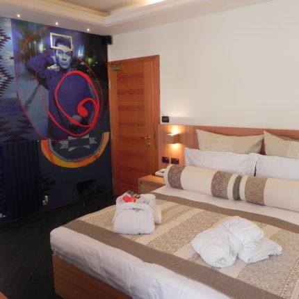 stanza Art Room Daniel Lanois - Hotel Isolabella Primiero - Trentino