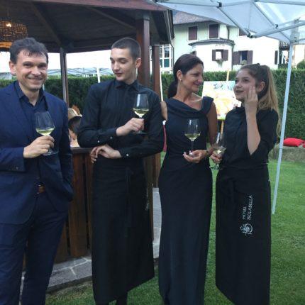 L'aperitivo estivo in giardino dell'Hotel Isolabella - Trentino