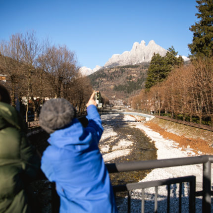La vista dal ponte sul torrente Cismon a Fiera di Primiero in Trentino