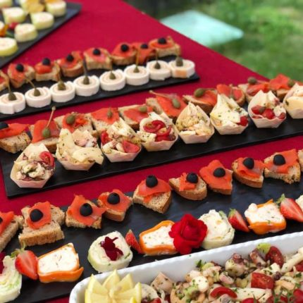 Buffet di finger food in giardino