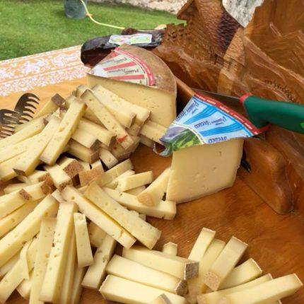 Buffet di formaggi locali in baita