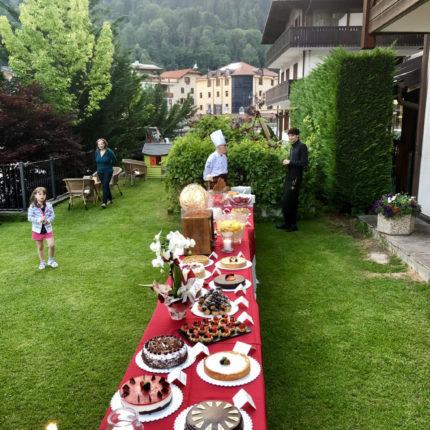 Buffet di dolci in giardino