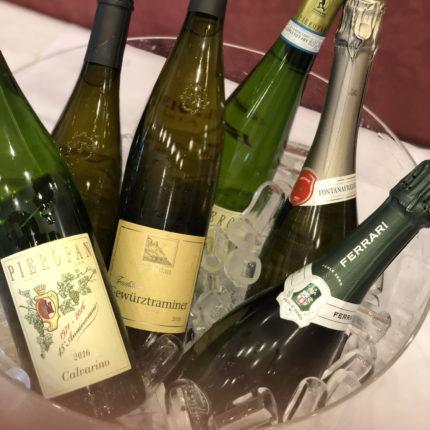 Esposizione di vini bianchi e bollicine