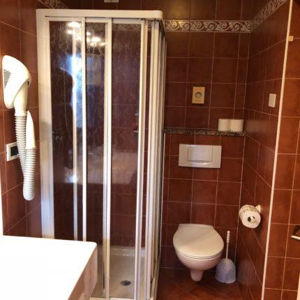 Bagno con box doccia angolare