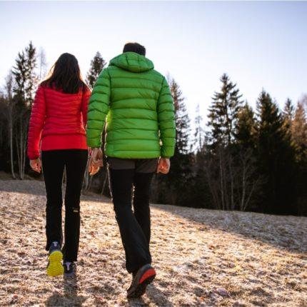 Coppia che passeggia in montagna