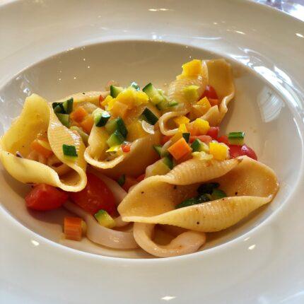 conchiglioni con calamari e verdure fresche